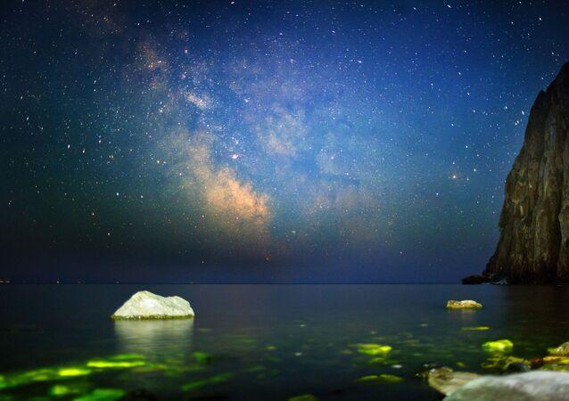 Baykal gölünde Sagan-Zaba koyunda gece gökyüzü.
