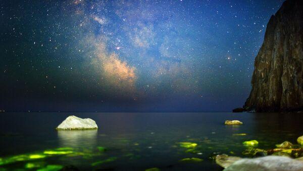 Baykal gölünde Sagan-Zaba koyunda gece gökyüzü. - Sputnik Türkiye