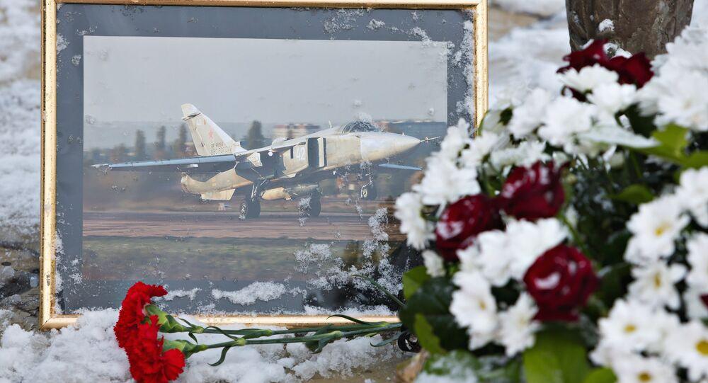 Rus pilot Oleg Peşkov'un anısına  Lipetsk'teki Hava Şehitleri Anıtı'nın önüne bırakılan çiçekler