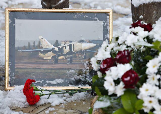 Rus pilot Oleg Peşkov'un anısına  Lipetsk'teki Havacılar Anıtı'nın önüne bırakılan çiçekler