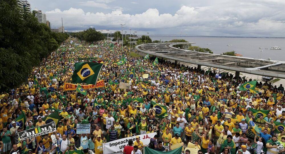 Brezilya'nın 150 bölgesinde 3 milyona yakın gösterici, Devlet Başkanı Dilma Rousseff'in istifasını istedi.