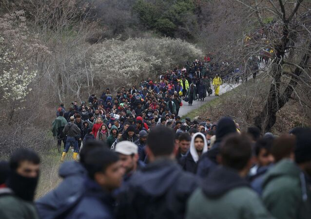 Yunanistan'ın Makedonya sınırındaki İdomeni kasabında bekleyen 1000'i aşkın sığınmacı yürüyüşe geçti