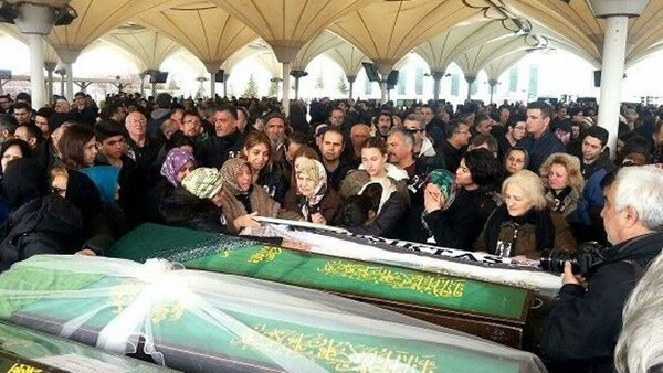 Ankara patlamasında hayatını kaybeden Elvin Buğra Aslan'ın ailesi cenazede hükümete tepki gösterdi. - Sputnik Türkiye