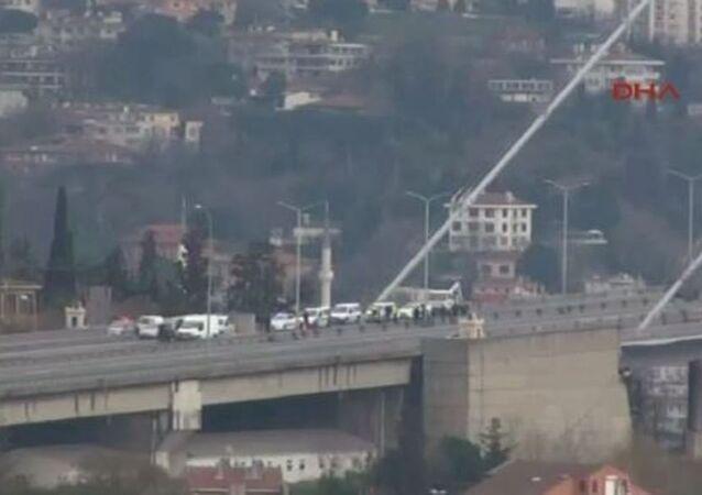 Boğaiçi Köprüsü bomba paniği nedeniyle trafiğe kapatıldı.