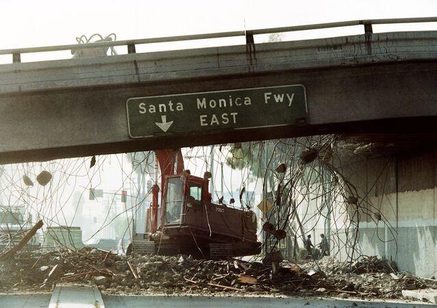 Depremden etkilenen Santa Monica Otobanı (ABD/California)