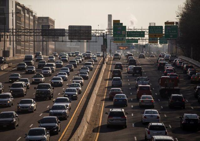 ABD'nin Başkenti Washington'da metro seferleri acil bakım nedeniyle 29 saatliğine durduruldu. Günde ortalama 700.000 kişinin kullandığı metronun kapalı olması trafik yoğunluğunu arttırırken bazı insanların bisiklet kullanımını tercih ettiği görüldü.