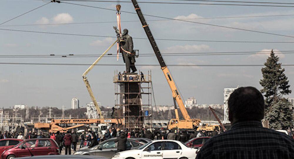 Ukrayna'nın güneyindeki Zaporijya kentindeki Lenin heykeli kaldırıldı.