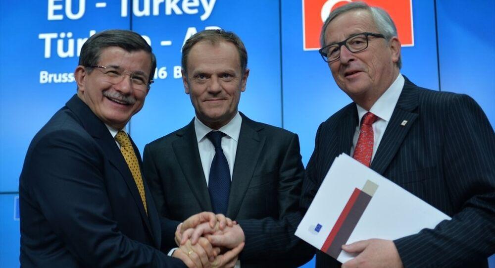 Brüksel'deki Türkiye-AB Zirvesi'nin ardından Başbakan Ahmet Davutoğlu (solda), AB Konseyi Başkanı Donald Tusk (ortada) ve AB Komisyonu Başkanı Jean-Cloude Juncker (sağda), ortak basın toplantısı düzenledi.