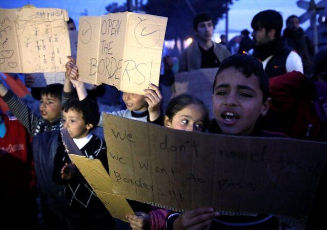 Yunanistan'ın Makedonya sınırındaki İdomeni bölgesinde haftalardır Avrupa ülkelerine geçmek için bekleyen sığınmacılar, AB ile Türkiye arasında yapılan anlaşmanın ardından gösteri düzenledi.