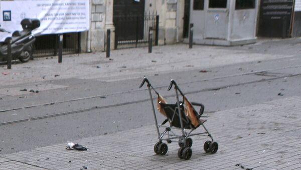Saldırının ardından çekilen fotoğraflarda görülen bebek arasının sahibi Asya'nın durumu ciddiyetini koruyor. - Sputnik Türkiye