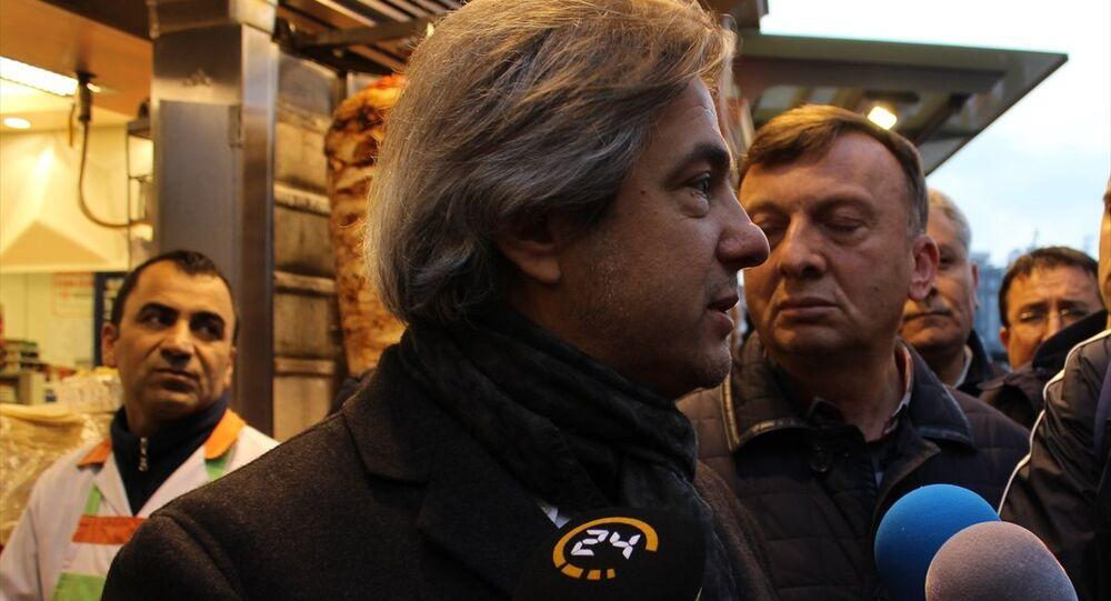 Beyoğlu Belediye Başkanı Ahmet Misbah Demircan, Taksim'deki esnafa geçmiş olsun ziyareti yaptı. Demircan, gazetecilere açıklamalarda bulundu.