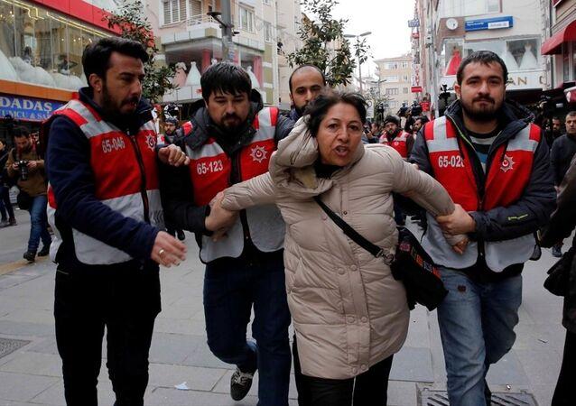 Polis, Nevruz etkinliğinin düzenleneceği Bakırköy Halk Pazarı'nı bariyerlerle çevirirken, alana girmek isteyenleri gözaltına aldı.