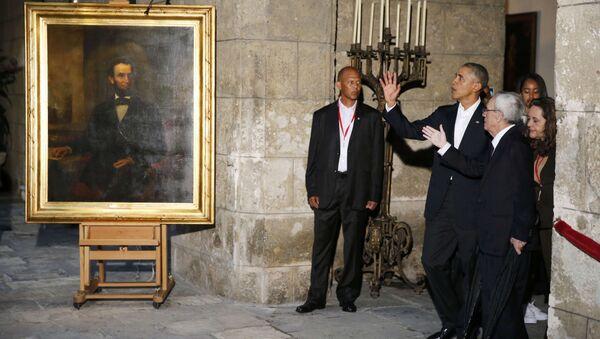 Obama, eşi Michelle Obama ve kızları Malia ile Sasha ile Kent Müzesi'ni ziyaretinde de özellikle köleliği kaldıran ABD Başkanı Abraham Lincoln portresinin önünde basın mensuplarına poz verdi. - Sputnik Türkiye