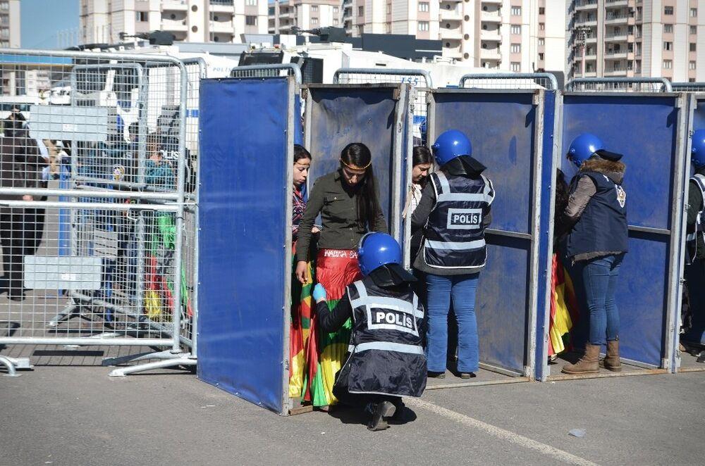 Nevruz Parkı'na vatandaşlar kurulan 5 ayrı polis noktasından aranarak girerken, çevrede de geniş güvenlik önlemleri alındı.