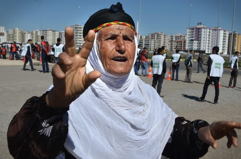 Bu yıl 'Direnerek kazanacağız', 'Özgür önderlik, özerk Kürdistan, Demokratik Türkiye' sloganıyla kutlanana Nevruz'a katılmak için vatandaşlar sabahın erken saatlerinden itibaren alana geldi.