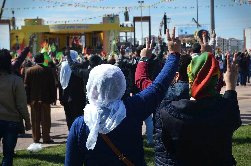 Nevruz Alanı'nda toplananlar, Kürt Ulusal Marşı 'Ey Raqip'i söyleyerek 'abluka'daki ilçelerde hayatlarını kaybedenler için 'saygı duruşu'nda bulundu.