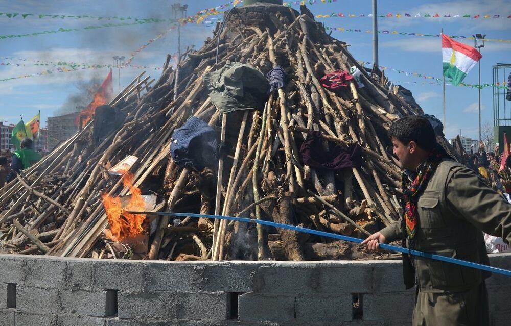 Nevruz ateşi için yaklaşık 3 ton odun alana getirildi.