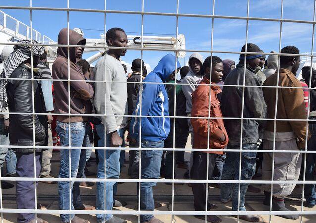 Messina limanındaki sığınmacılar (İtalya).