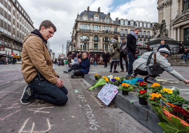 Brüksel'de terör saldırılarında ölenler anılıyor.