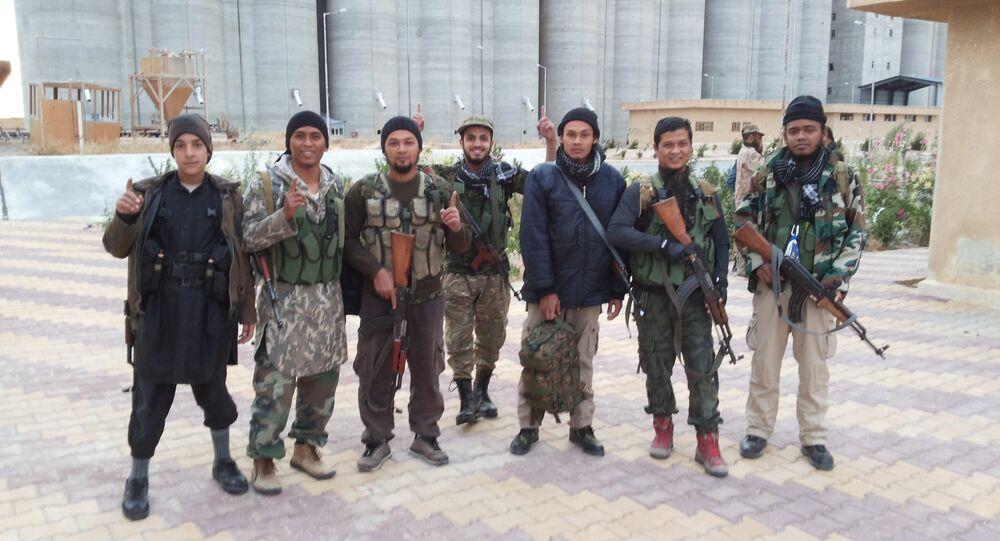 IŞİD militanına ait fotoğraflar. Militanlar, IŞİD üniformasıyla görülüyor.