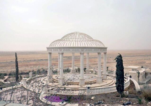 Palmira'nın batısında Suriye ordusu tarafından geri alınan bir sarayın bahçesi.
