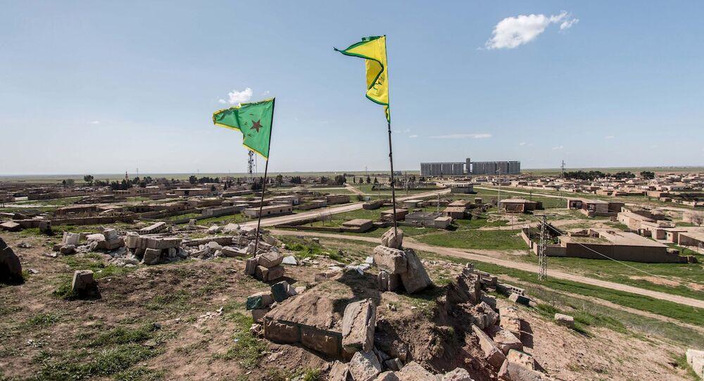 Haseke yakınlarındaki YPG bayrakları