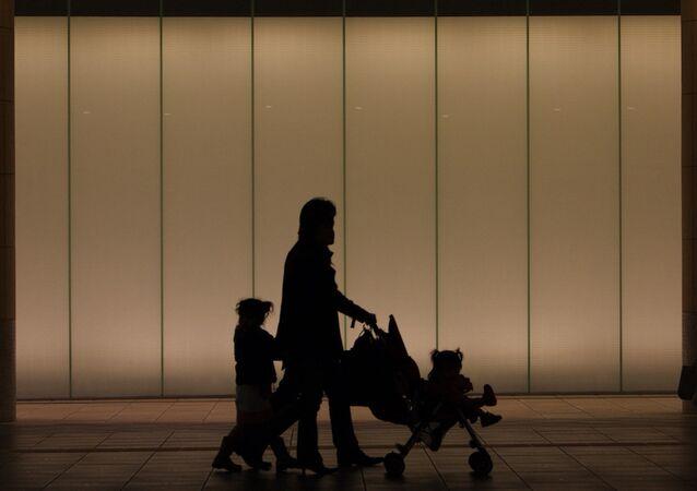 Çocuklarını gezdiren bir aile