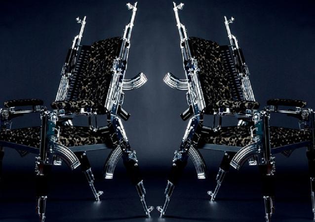 Kalaşnikoflardan sandalye yaptı