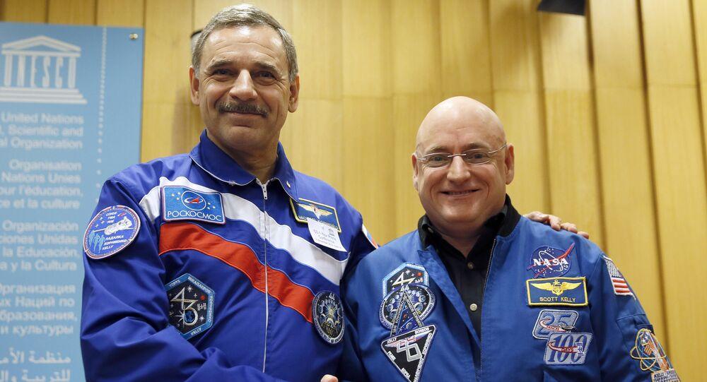 Astronot Scott Kelly ve kozmonot Mihail Korniyenko