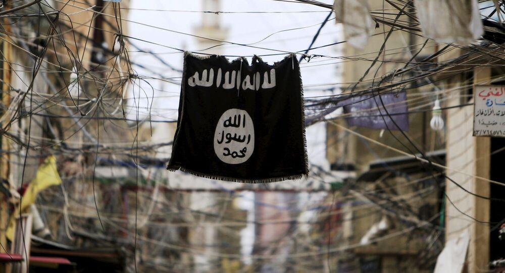 Elektrik tellerinden sarkan bir IŞİD bayrağı.