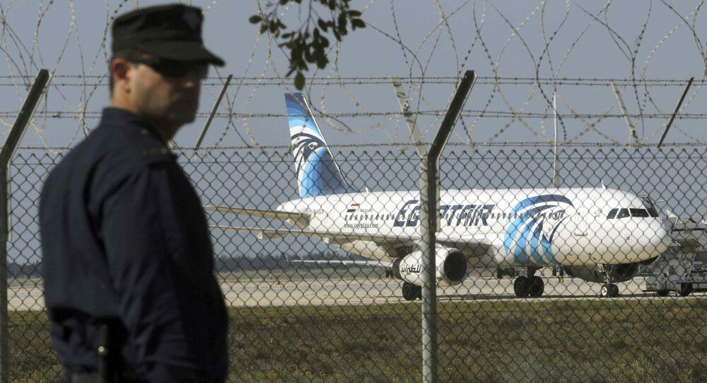Kaçırılan Mısır Havayolları'na ait yolcu uçağı