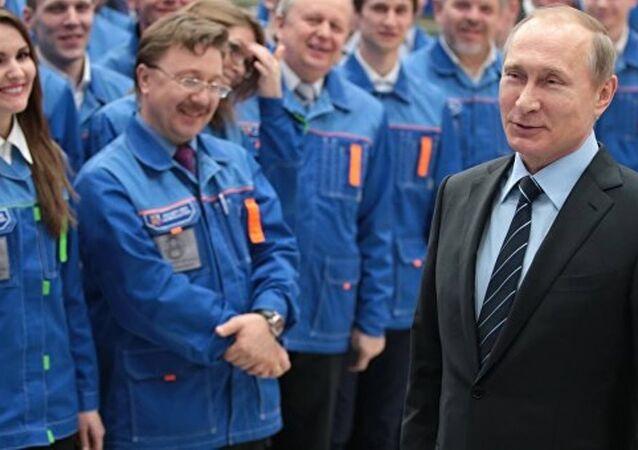 S-400'leri inceleyen Putin'e 'Gök Anahtarı' hediye edildi