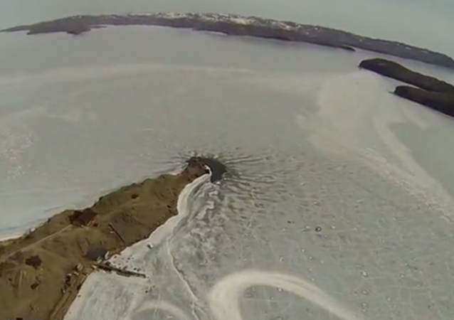 Paraşütle buzlu suya iniş yaptılar