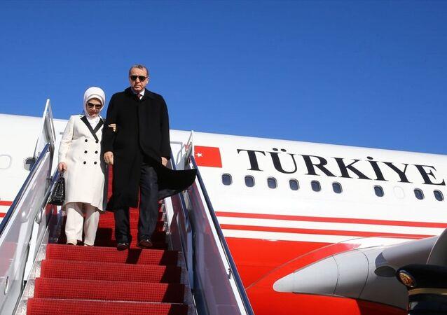 Cumhurbaşkanı Recep Tayyip Erdoğan (sağda) ve eşi Emine Erdoğan (solda), Nükleer Güvenlik Zirvesi'ne katılmak ve çeşitli temaslarda bulunmak üzere, özel uçak TUR ile TSİ 23.40'ta Amerika Birleşik Devletleri'nin başkenti Washington'a geldi.
