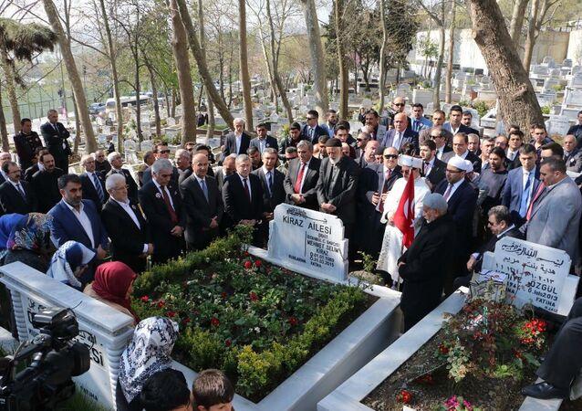 Geçen yıl bugün İstanbul Adalet Sarayı'ndaki makam odasında DHKP-C mensupları tarafından rehin alındıktan sonra öldürülen Cumhuriyet Savcısı Mehmet Selim Kiraz, Eyüp Mezarlığı'nda bulunan kabri başında anıldı.