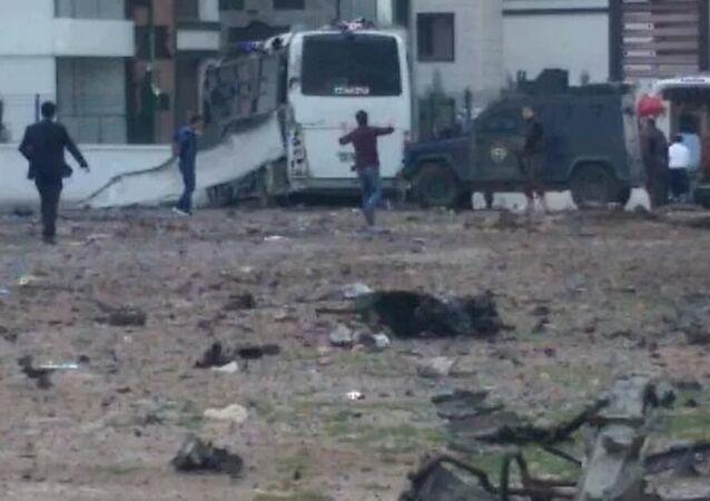 Diyarbakır- Şanlıurfa karayolunun Otogar Mevkii'nde PKK'lılar polis servis midibüsü geçerken yol kenarındaki bomba yüklü aracı infilak ettirdi.