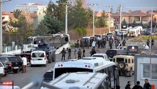 Diyarbakır'da polis servis midibüsüne bombalı araçla saldırı - Sputnik Türkiye