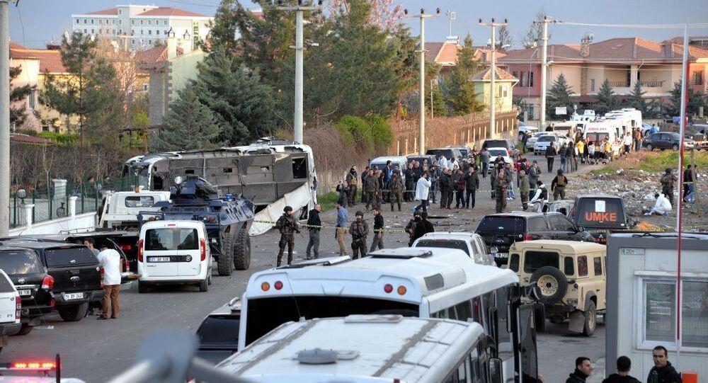 Diyarbakır'da polis servis midibüsüne bombalı araçla saldırı