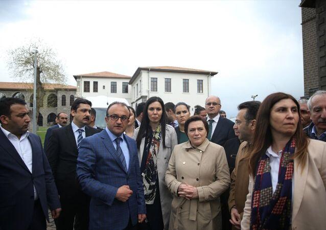 Kalkınma Bakanı Cevdet Yılmaz, Çevre ve Şehircilik Bakanı Fatma Güldemet Sarı ile Kültür ve Turizm Bakanı Mahir Ünal Vali Hüseyin Aksoy Diyarbakır'ın Sur ilçesinde incemelerde bulundu.