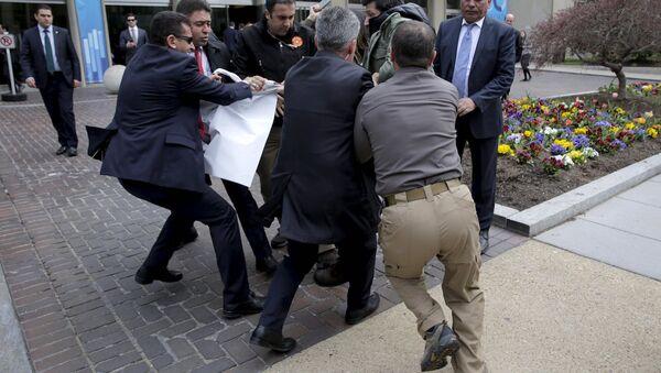 Cumhurbaşkanı Erdoğan'ın korumaları, elindeki dövizi almaya çalıştıkları bir kişiyi darp etti - Sputnik Türkiye
