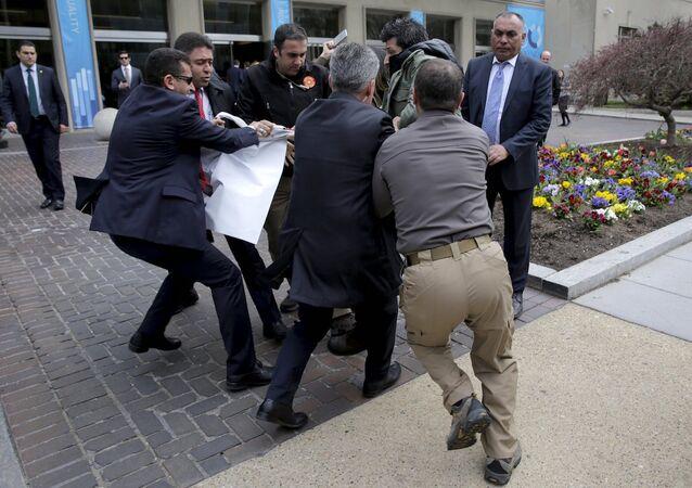 Cumhurbaşkanı Erdoğan'ın korumaları, elindeki dövizi almaya çalıştıkları bir kişiyi darp etti