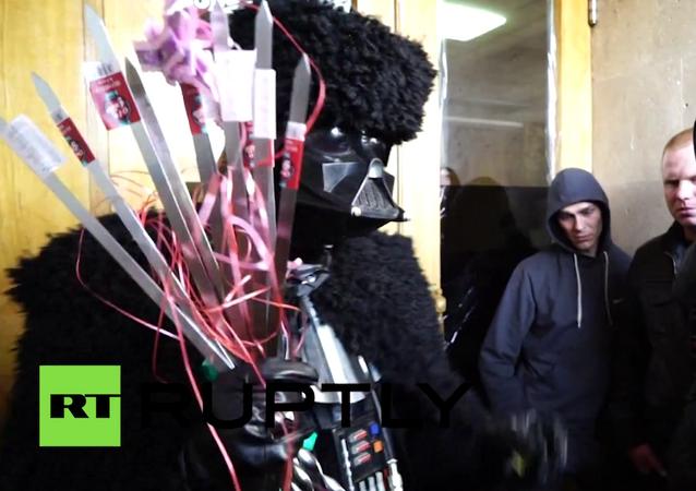 Darth Vader'den Saakaşvili'ye mangal ve şiş hediyesi