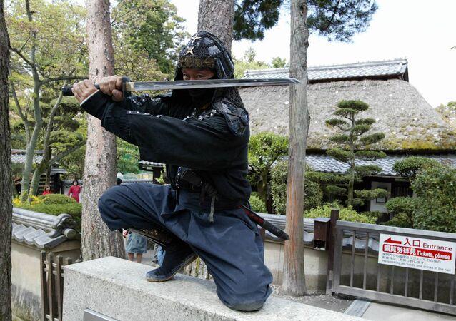 Dövüş sanatları ustası Kazuki Ukita, geleneksel ninja kostümleri içerisinde poz verirken