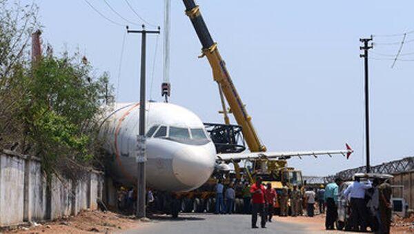 Hindistan'da vinç uçağın üzerine devrildi - Sputnik Türkiye