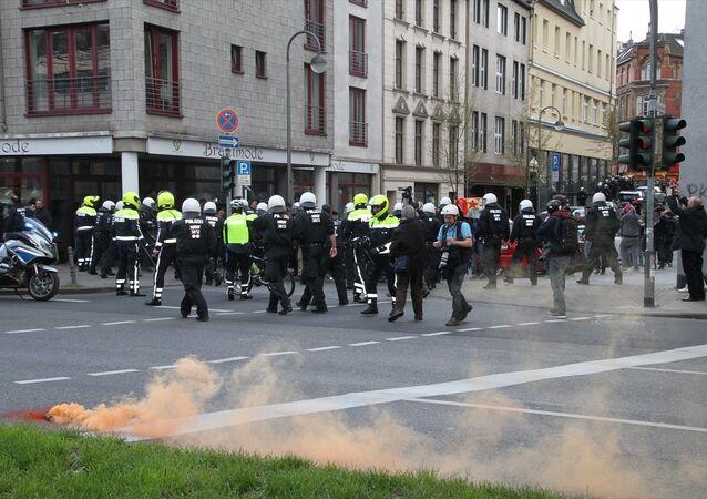 Köln'de 'Teröre Lanet' yürüyüşü
