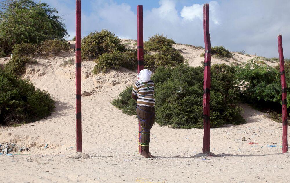 Somali'de El Şebab örgütü üyelerinden eski gazeteci Hasan Hanefi, kurşuna dizilerek idam edildi.