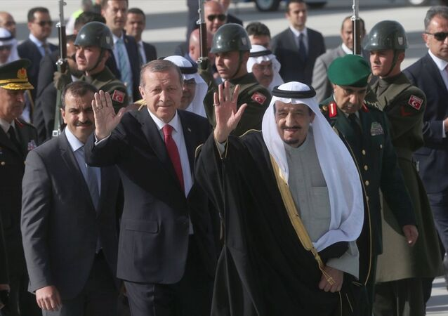 Cumhurbaşkanı Recep Tayyip Erdoğan, Türkiye'nin ev sahipliğinde gerçekleştirilen İslam İşbirliği Teşkilatı (İİT) Zirvesi öncesinde Ankara'ya resmi ziyarette bulunan Suudi Arabistan Kralı Selman bin Abdülaziz'i Esenboğa Havaalanı'nda resmi törenle karşıladı.