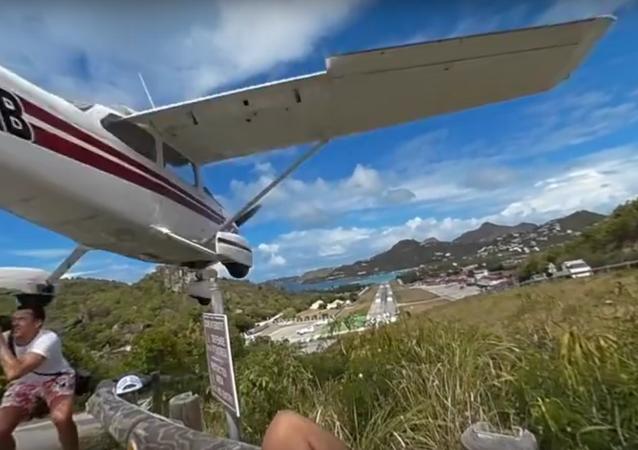 Fotoğraf çeken turiste uçak çarptı