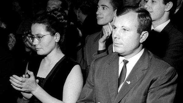 Yuri Gagarin ve eşi - Sputnik Türkiye