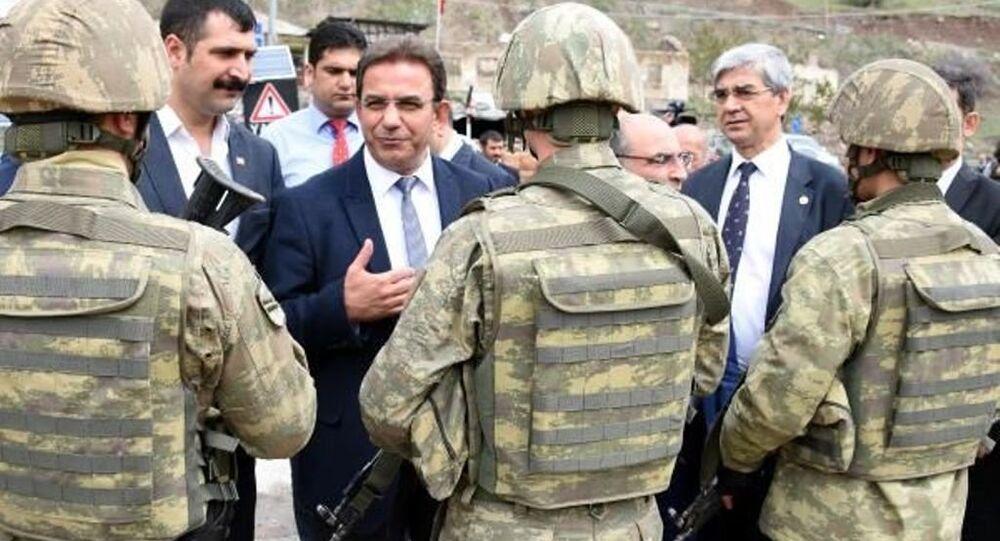 Hakkari'nin Yüksekova ilçesine gelen CHP heyeti güvenlik gerekçesiyle ilçeye giremedi.